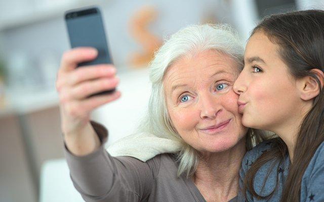 Mit deiner Hilfe hat Oma schnell den Handy-Dreh raus. Ob sie dann zur Selfie-Queen wird?