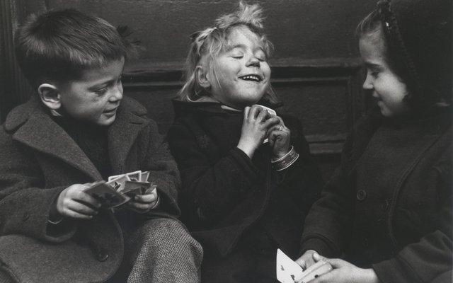 Drei Kartenspieler*innen