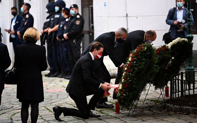 Bundeskanzler Sebastian Kurz und Bundespräsident Alexander Van der Bellen legen einen Kranz nieder.