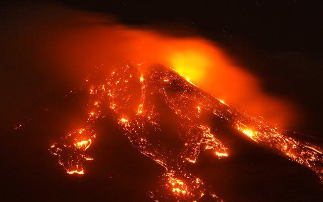 Der Ätna spuckte immer wieder Feuer, Asche und Lava.