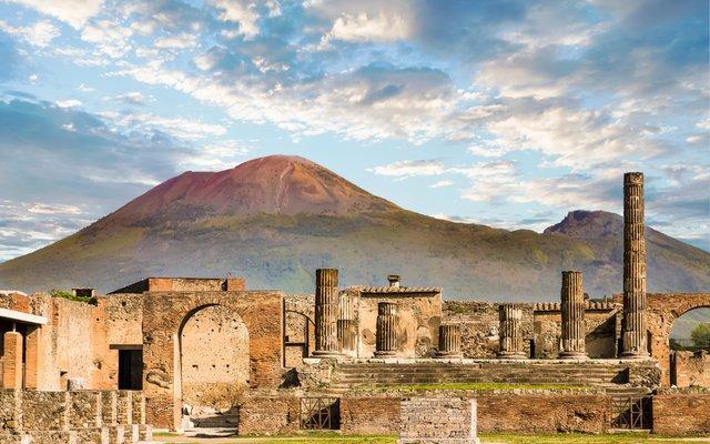 Die antike Stadt Pompeji mit dem Vulkan Vesuv im Hintergrund