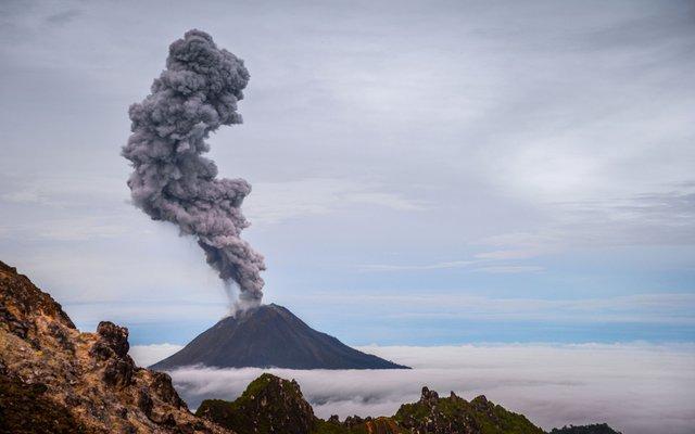 Der Vulkan Sinabung liegt auf der Insel Sumatra (die zu Indionesien gehört).